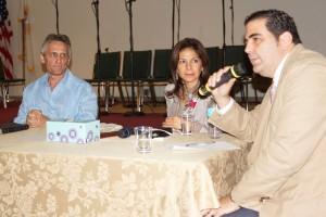 El Pastor y Alcalde de El Doral y su esposa Graciela prestan atención a las palabras de Eduardo Key, considerado como uno de los principales colaboradores del burgomaestre.