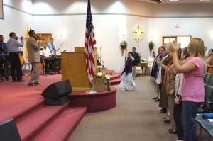 El Pastor y salmista dominicano, Tommy Rosario vocalizó varias canciones de alabanza y adoración a Dios.
