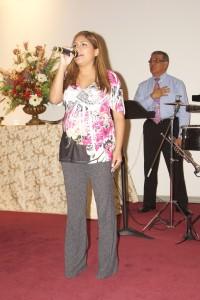 Silvina Rosario interpretando las letras del Himno Nacional de Estados Unidos de América.