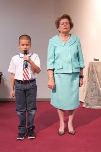 El niño Emmanuel Rocha fue invitado por la Pastora Lidia Rodríguez para que ofrezca la oración de agradecimiento a Dios y a la Patria.