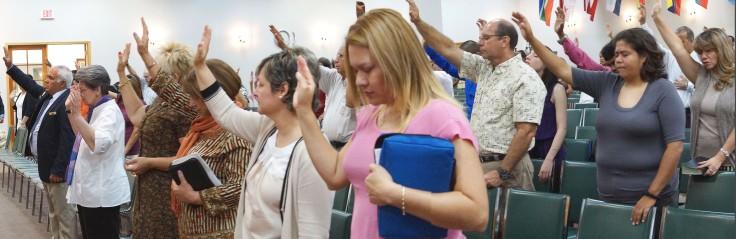 Varios hermanos y hermanas de MEBPI elevando oración al Rey de reyes y Señor de señores.