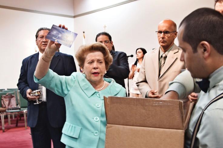 La Pastora Lidia Rodríguez muestra material que le fue entregado por Danny González. Se trata de información en el que se indica las actividades que tendrá el Ministerio de Jóvenes durante los meses de julio y agosto.