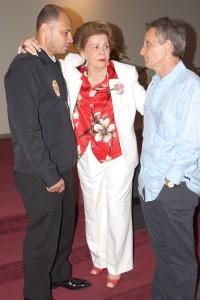 La Pastora Lidia Rodríguez (centro) y el Pastor Luigi Boria charlan con Miguel Morales (Izq.), miembro muy activo de Ministerios El Buen Pastor Internacional.