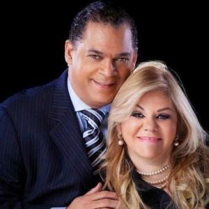 El domingo 23 a las 11am predica el Pastor  y Dr. Fernando Belliard. Le acompaña en la foto su esposa Blanca.
