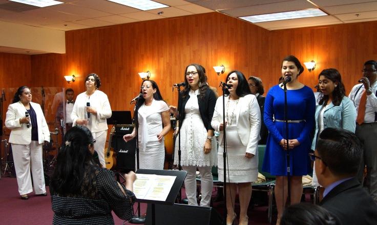 El Coro de Ministerios El Buen Pastor Internacional cantando el Aleluya.