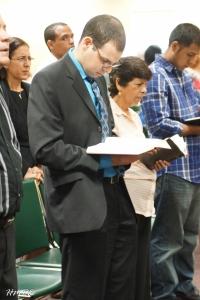 El Pastor Yosvany Pereira estudia cuidadosamente las Santas Escrituras.