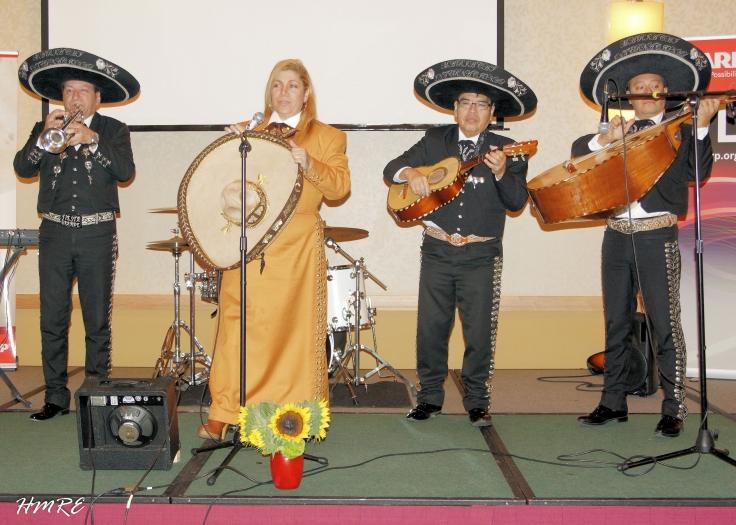 La Pastora Gina Alba llegó con su grupo de Mariachis y alegró mucho más a los asistentes.