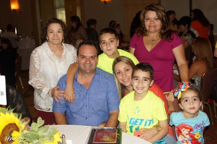 """El representante estatal de la Florida, Eddy González dijo presente y llegó con toda su familia al evento """"Un Té Para Mamá""""."""