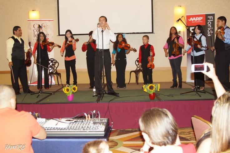 Muy ovacionado fue el Pastor Dino Vidal y los jóvenes  integrantes de su Escuela de Arte y Música.