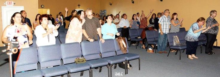 Instantes espirituales y plena adoración en Cantares Iglesia que dirige la Pastora Dania Hernández.