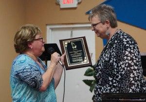 Dania Hernández entrega una placa de agradecimiento a la Pastora Missy Monokian por la inmensa colaboración y ayuda.