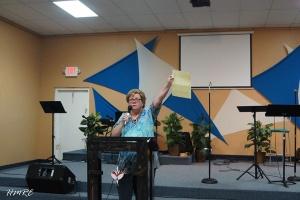 En pleno sermón mostrando una inolvidable carta que le escribieron.
