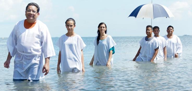 El Pastor Ausberto Escobar, los cuatro jóvenes recién bautizados y el Pastor Dimas Baquedano ponen fin la labor espiritual.
