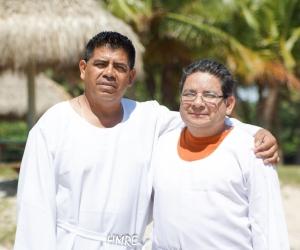 Pastores Dimas Baquedano y Ausberto Escobar estuvieron a cargo del bautismo en las aguas de Virginia Key.