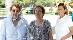 Las siervas del Señor, Esperanza Fernández, Ruth Soler e Ileana Leiva hicieron los preparativos para la comunión en la playa antes del bautismo.