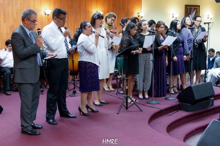 El Coro de MEBPI interpretando una alabanza.