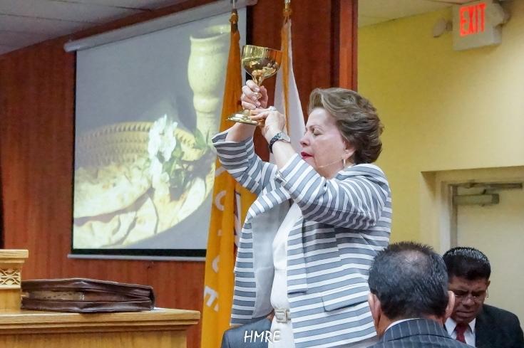 Luego consagra el Vino que representa la Sangre de nuestro Señor Jesucristo.
