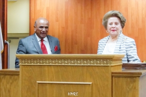 Apóstol Lidia Rodríguez recibe al Reverendo Israel Suárez.