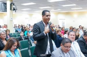 Uno de los miembros de la Iglesia dando su testimonio