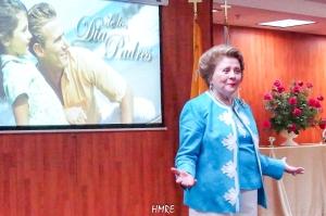 Con los abrazos abiertos recibe Apóstol Lidia Rodríguez a todos los padres de familia de Ministerios El Buen Pastor Internacional.