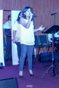 La salmista Silvina Rosario acaricia con su suave voz cuando alaba a Dios.