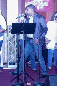 La presentación del pastor y salmista dominicano Tommy Rosario fue relámpago. Solamente tuvo tiempo para interpretar una canción.
