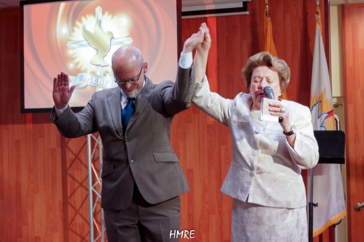 Al finalizar el Concierto la Apóstol Lidia Rodríguez con el brazo en alto y acompañada de Tracy Pueschel elevó la oración de despedida y de gracias al Señor porque todo fue presentado adecuadamente. Es decir un éxito.