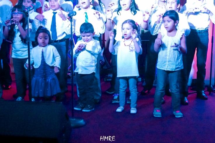 En primer plano están los cuatro pequeños gigantes del bell canto en lo que canciones de alabanza se refiere. Uno de ellos apenas ronda los tres años de edad.