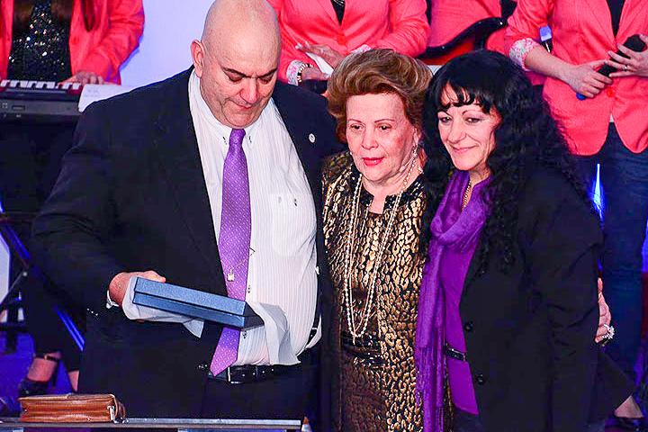 El Obispo argentino Aníbal Arias y su esposa la Profeta Doris Arias entregan a la Pastora cubana Lidia Rodríguez (centro) una placa por el 30 Aniversario de la Iglesia Jesús de Nazareth.