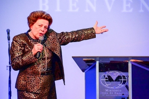 La Pastora Lidia Rodríguez predicando en la clausura del 30 Aniversario de la Iglesia Jesús de Nazaret.