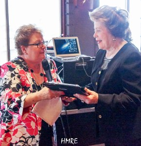 La Pastora Dania Hernández funcionaria de Radio Luz 1360AM a nombre de Salem Media Group organizadora del evento ILUMINA entrega a su colega Lidia Rodríguez una placa de reconocimiento por los 27 años que viene predicando el Evangelio en Miami y varias partes del mundo.
