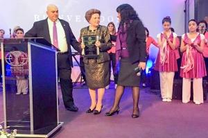 El Grupo de Danzas de la Iglesia Jesús de Nazareth contempla el grato momento cuando el Apóstol Anibal Arias y su esposa Doris hicieron entrega de una placa a la Pastora Lidia Rodríguez.
