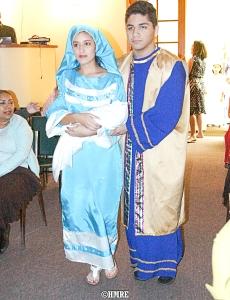 Daiana Morales y Samuel Escobar ingresan escenificando a María y José con el Niño.