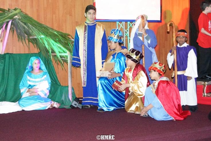 Los Reyes Magos presentando sus regalos al Niño Jesús.