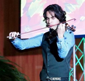 Aaron Pueschel mostró su experiencia y dominio con el violín.