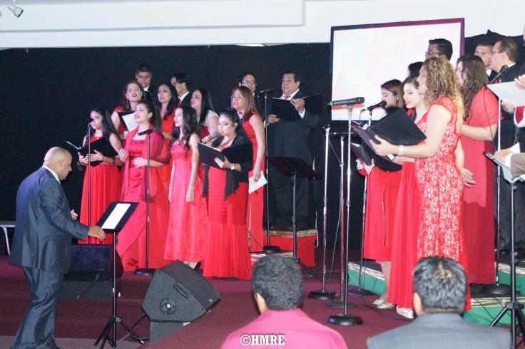 El Pastor, salmista y pianista Gabriel Rosario dirigiendo el Coro de MEBPI.