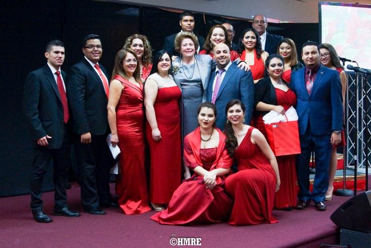 Parte del Coro de Ministerios El Buen Pastor Internacional con la Apóstol Lidia Rodríguez.