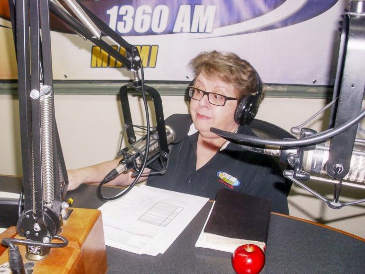"""La Pastora cubana Dania Herández es la única dama que forma parte de la directiva de AMOE. Desde hace nueve años tiene el programa radial """"El Legado de una Madre"""". Desde hace cinco años viene organizando el evento """"Un Té Para Mamá"""" al que acuden centenares de damas cristianas. En el 2014 inauguró Ministerio Cantares, iglesia ubicada en Miami."""